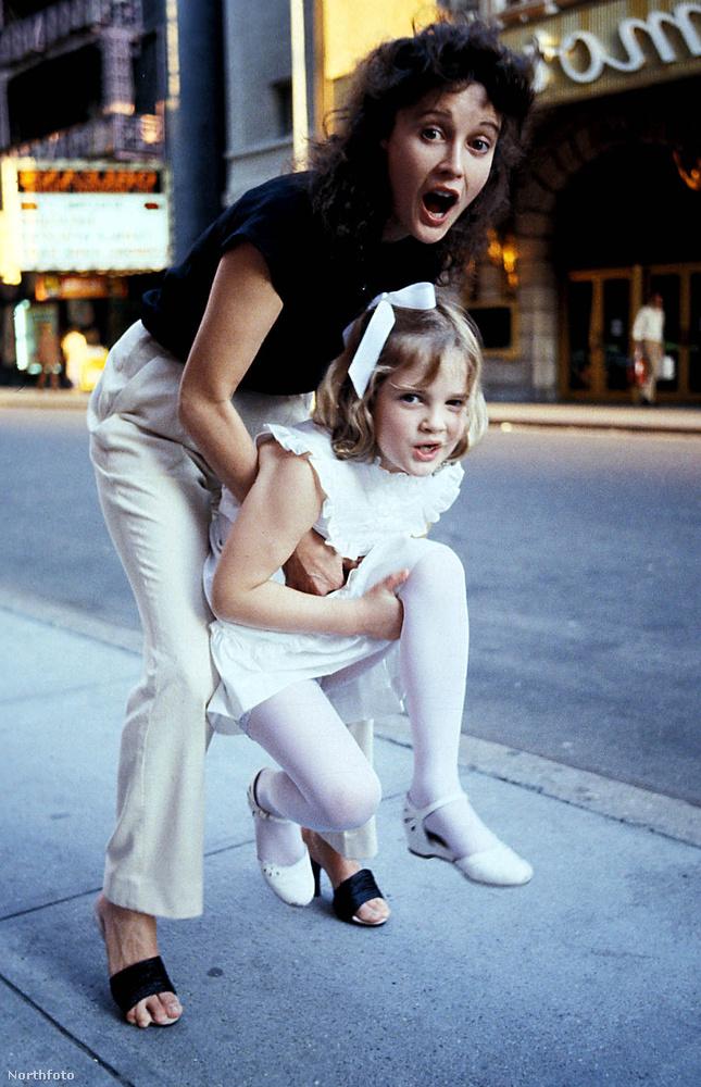 Kezdjük az egyik legismertebb sztorival, Drew Barrymore-éval, akinek saját bevallása szerint is teljesen alkalmatlanok voltak a szülei a gyereknevelésre
