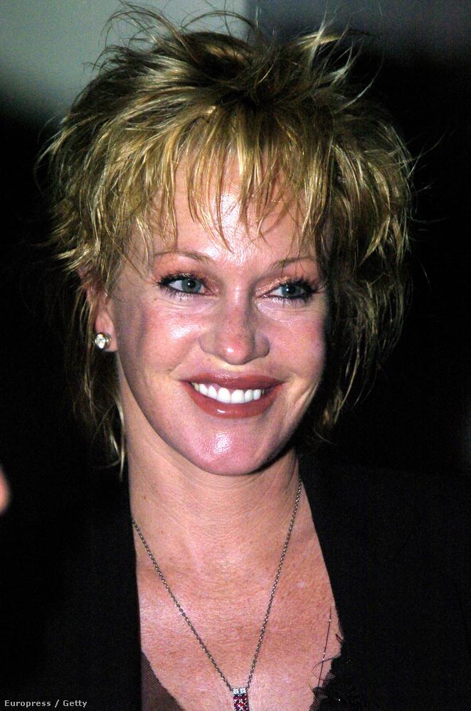 2004: az arcán időről-időre feszesítenek egyet, amitől az - alapos smink híján - ragyog.