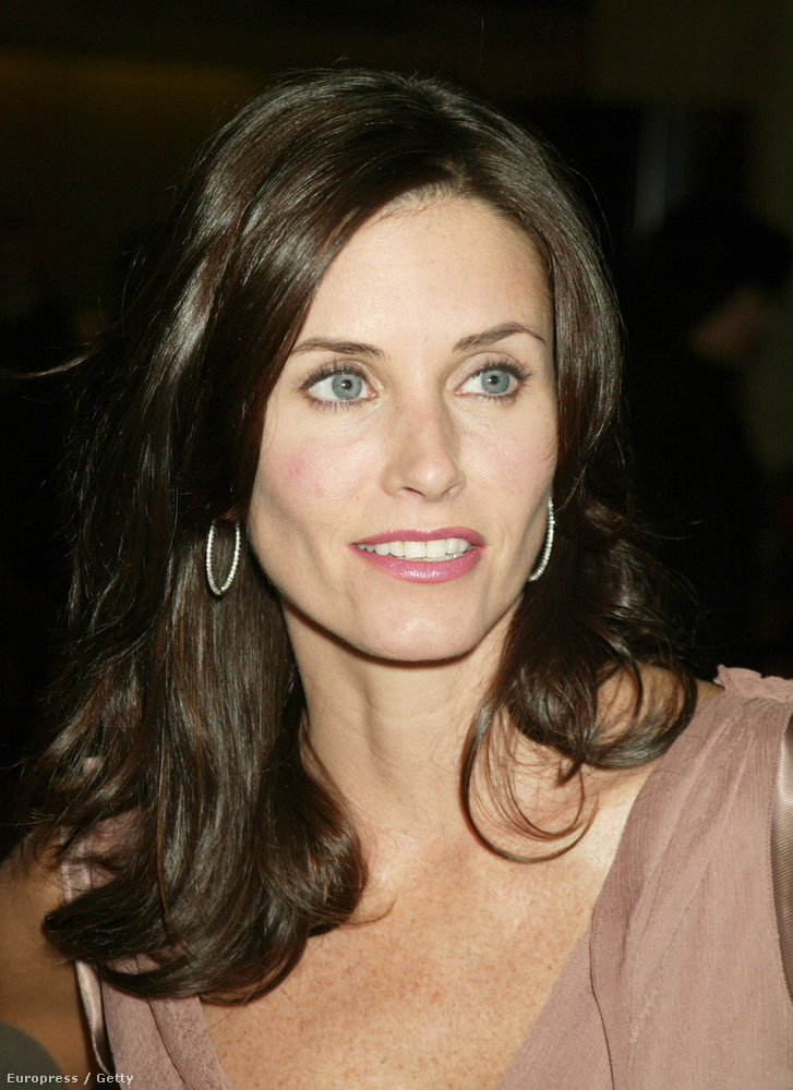 2002: a 38 éves Courteney Cox kétségkívül kisimíttatta az arcát, és az arccsontjánál is mókoltak egy keveset.
