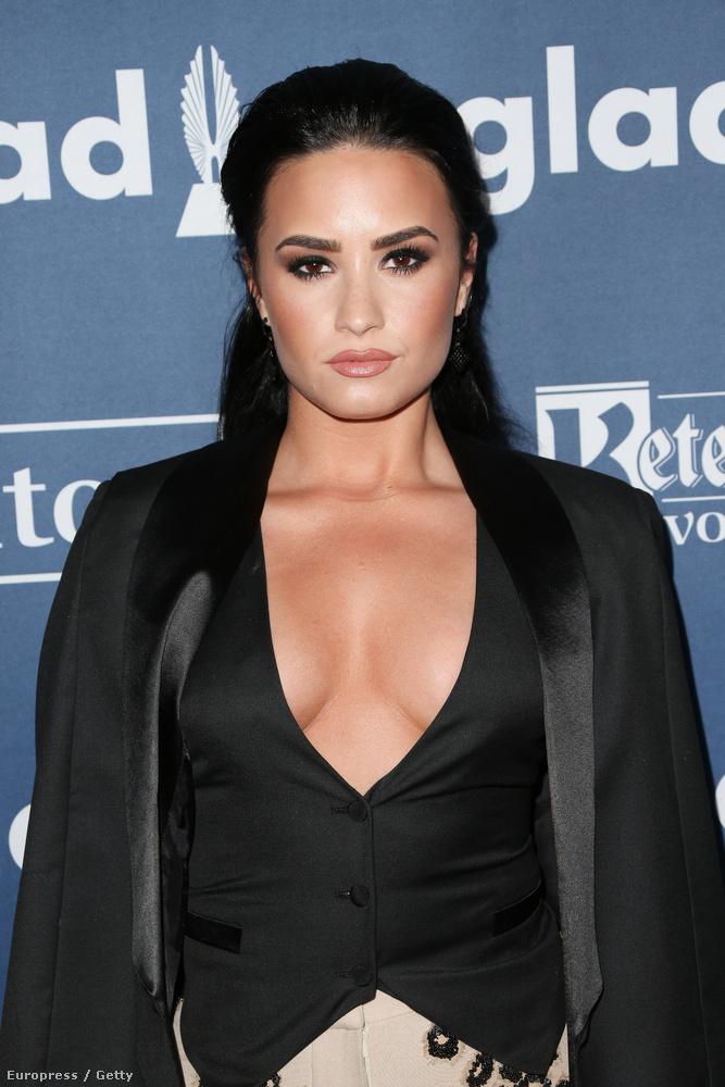 Az énekesnő a GLAAD Media Awardson tette tiszteletét.