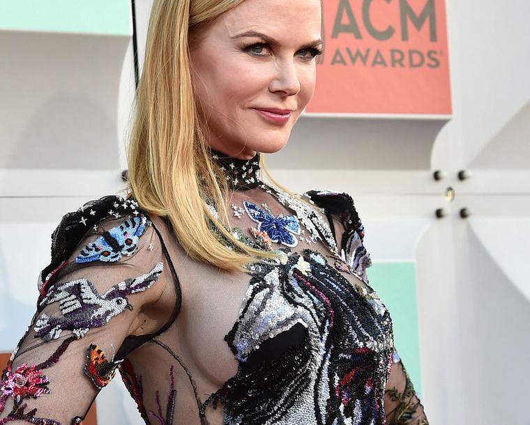 Kidman melltartót nem vett a buliba, de valahogy megoldotta, hogy a melle tökéletesen álljon az unikornisos, flitteres, kisállatos ruhájában, aminek mini változatában akár műkorcsolyázni is mehetne