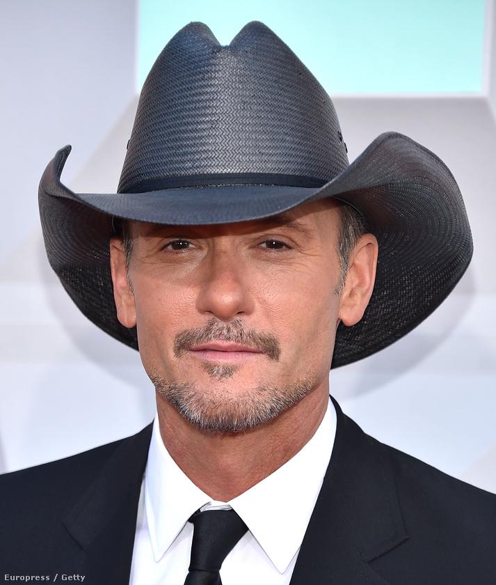 Tim McGrawnál csak a kalapot emelhetjük ki, ha ez tényleg egy műanyag szalmakalap,  az pompás ötlet.
