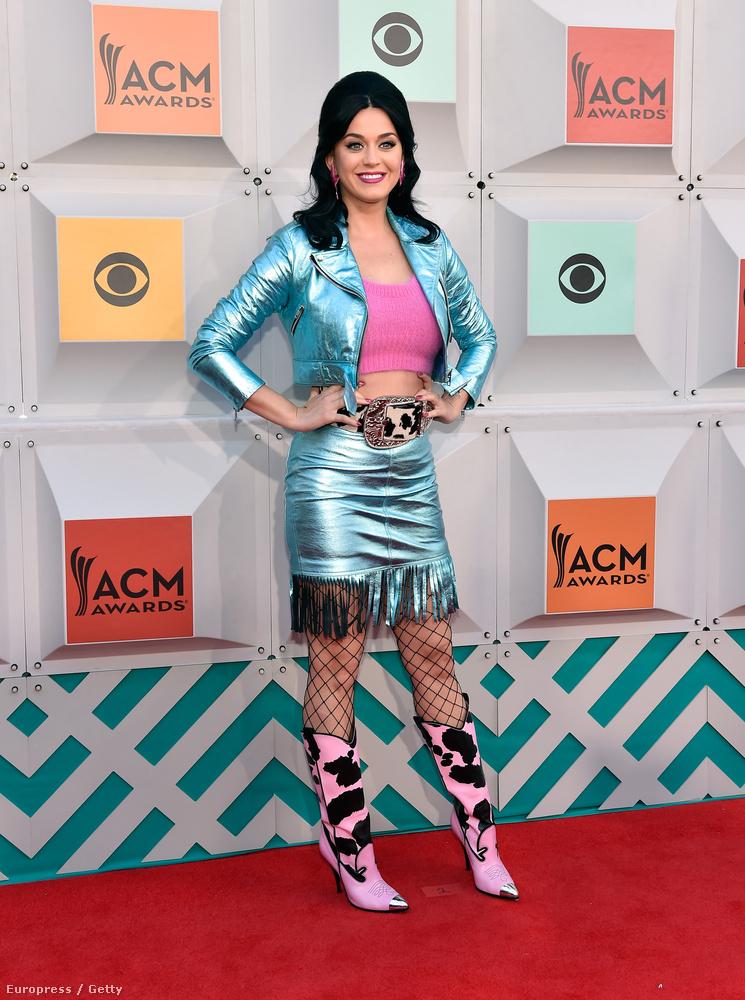 Katy Perry énekesnő egyfajta lotyós űrtehenészlánynak öltözött, a csizma és a szoknyaalji rojtok egyértelműen csúcspontok az összeállításban.