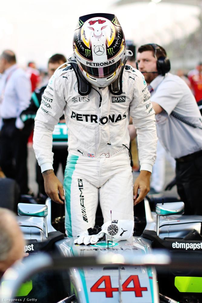 Lewis Hamilton a hétvégén újra divatgurut játszott és a bahreini Nagydíj alkalmából megmutatta, mennyire is érzékeny a divatra és nem csak autóversenyzőnek vagy stricinek tud öltözni.