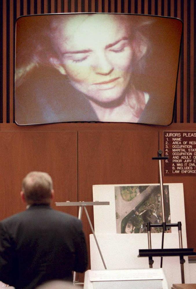 A vád szerint Simpson elvezetett Nicole Brown házához, ahol miután a nő ajtót nyitott, Simpson elkapta és megkéselte őt, majd a nő barátját, Ron Goldmant is