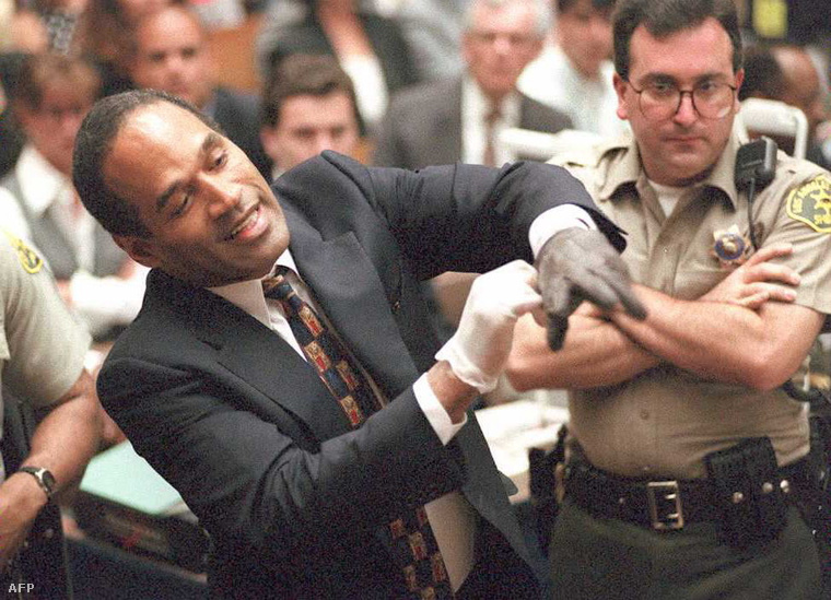 A kesztyű mindvégig a vád Simpson elleni egyik bizonyítéka volt, mindaddig, amíg a védelem fel nem próbáltatta azt Simpsonnal