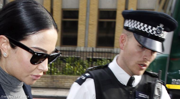 Inkább erre a rendőrre emlékezzenek, aki szeretné már, ha a celebnő méltósága szíveskedne végre elhaladni a vérbe.