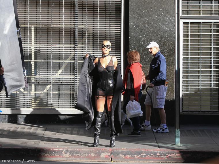 Rita Orát szexin fotózzák egy Los Angeles-i közterületen.