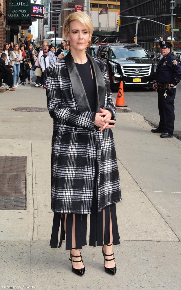 Sarah Paulson színésznő türelmesen várja, hogy fotókat készítsenek róla.