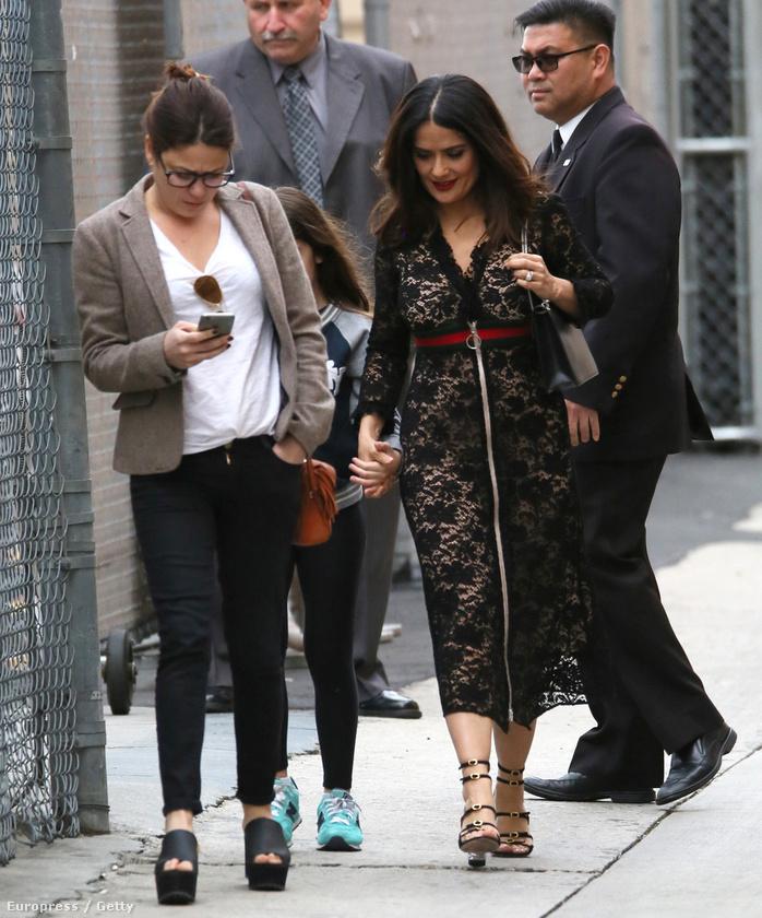 Salma Hayek a kislányával sétál az utcán.