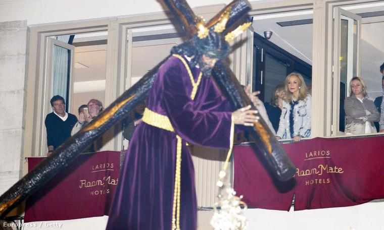 Aztán van olyan is, hogy valaki nyugodtan fotózgatná Antonio Banderast, de egyszer csak Jézus jön, és photobombol egyet.