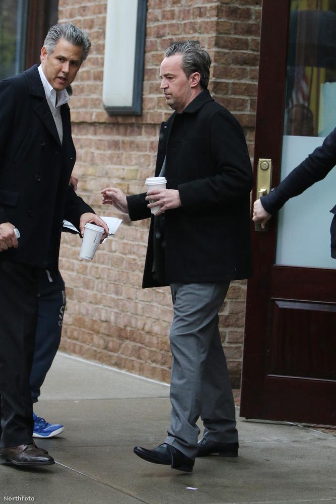 Matthew Perryt április 4-én, New Yorkban fotózták le, ahogy éppen elhagyja a szállodáját.