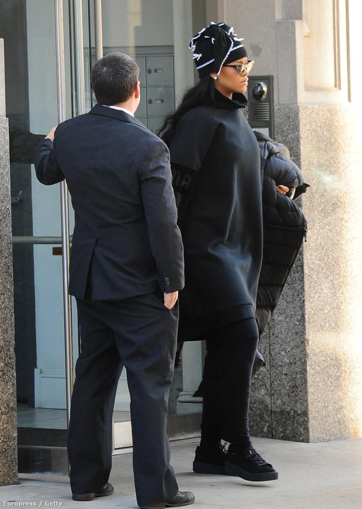 Rihanna New Yorkban sétálgatott a minap, talpig feketében.