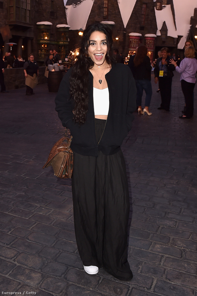 De a High School Musicalből ismert Vanessa Hudgens is ott volt a megnyitón.