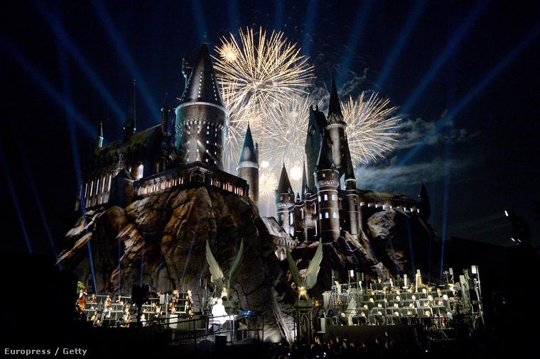 A Universal Studios betartotta ígéretét, hogy 2016 tavaszán átadják a Harry Potter univerzumot elhozó létesítményt.