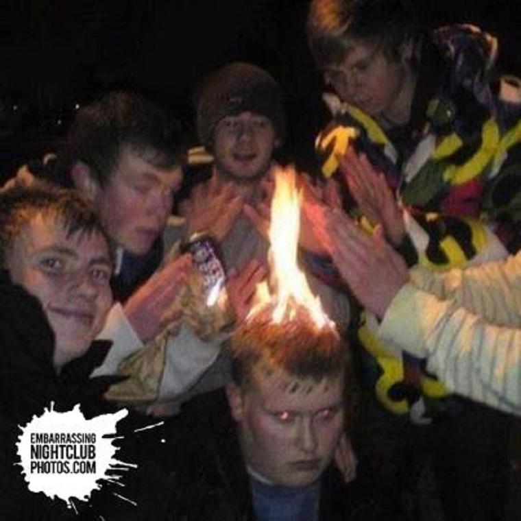 Az a szerencse, hogy a fáklyafiú nem veszi túl komolyan, hogy lángokban áll a feje