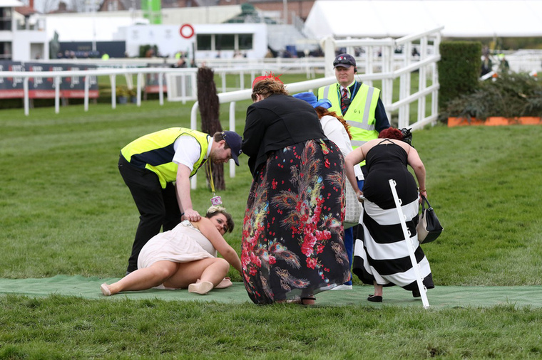 Minden évben megrendezik Liverpool elővárosában, Aintreeben a nőnapi lóversenyt, ami leginkább arról szól, hogy kiöltözött kalapos nők mocsokrészegre isszák magukat