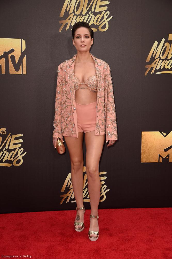 Az idei MTV Movie Awards gálára többen is melltartóban, fehérneműben érkeztek, de a képen látható Halsey nevű énekesnőnél senki nem vetkőzött le jobban.