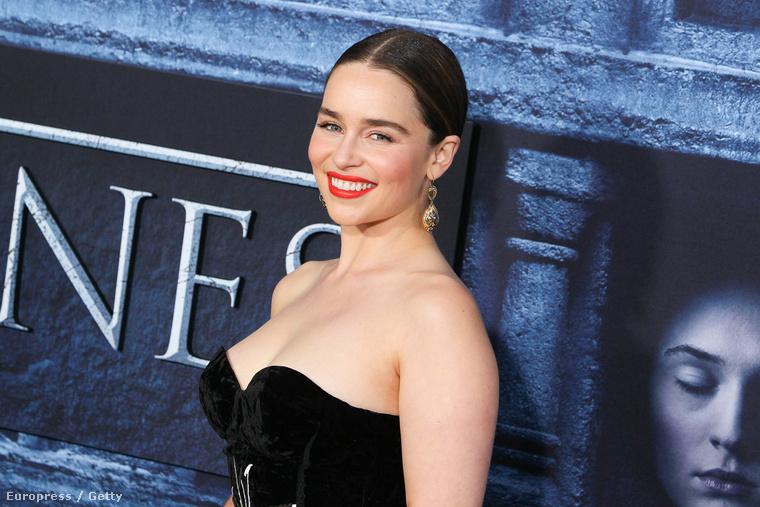 Hamarosan részletekkel is jelentkezünk a premierről, ám legelőször Emilia Clarke színésznő (a sorozatban: Daenerys Targaryen) megjelenéséről kell szót ejtenünk.