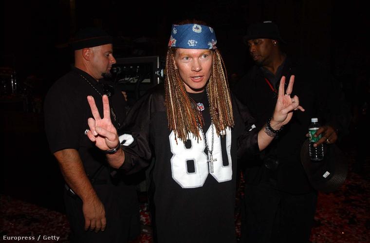 2002-re a Guns N' Rosesnak nyoma sem volt, és sajnos az énekes vonásainak sem.