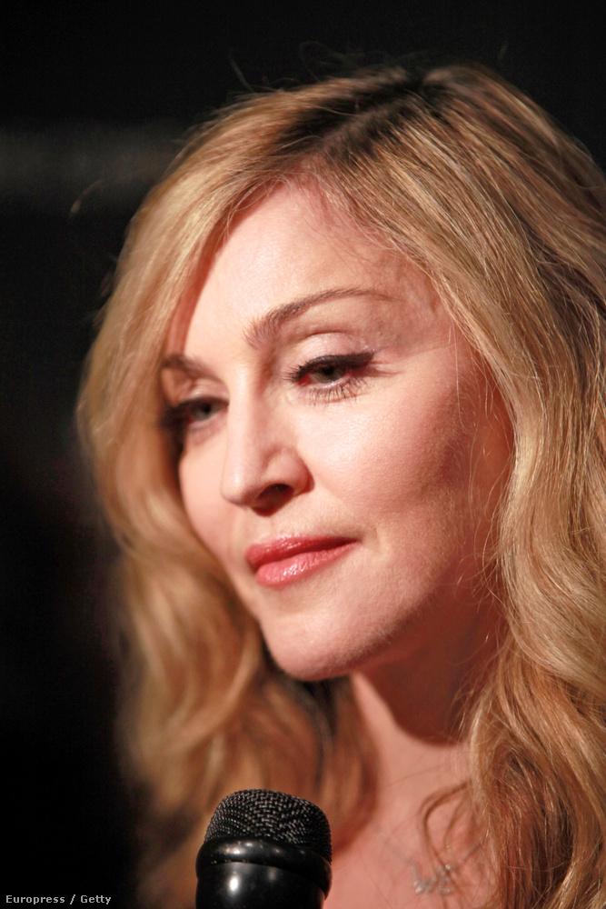 Vegyük hozzá, hogy erős fény süthet rá, de még így sem néz ki úgy, mint Madonna.