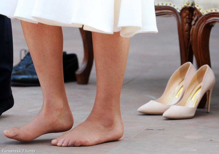 De a cipőt le kellett vennie, hogy megadják a tiszteletet