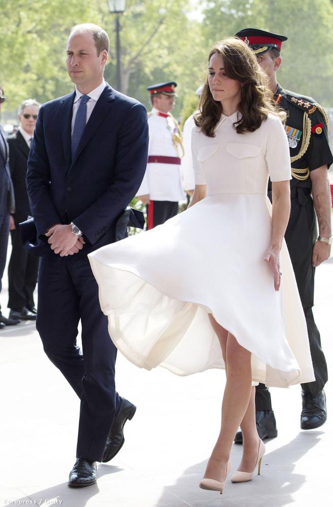 A látogatás keretén belül elmentek a Nemzetközi Gandhi Múzeumba, ahol Kate Middleton ruhájába kicsit belekapott a szél.