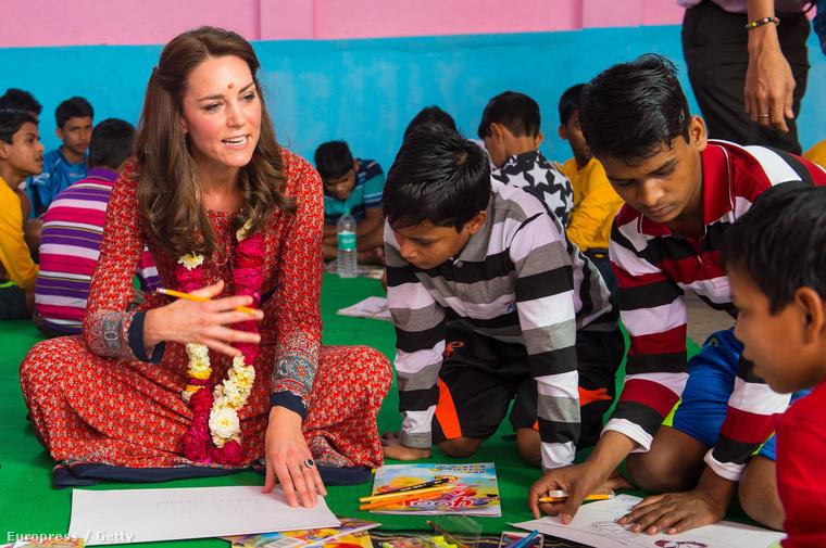 Katalin hercegné indiai gyerekekkel rajzolgat