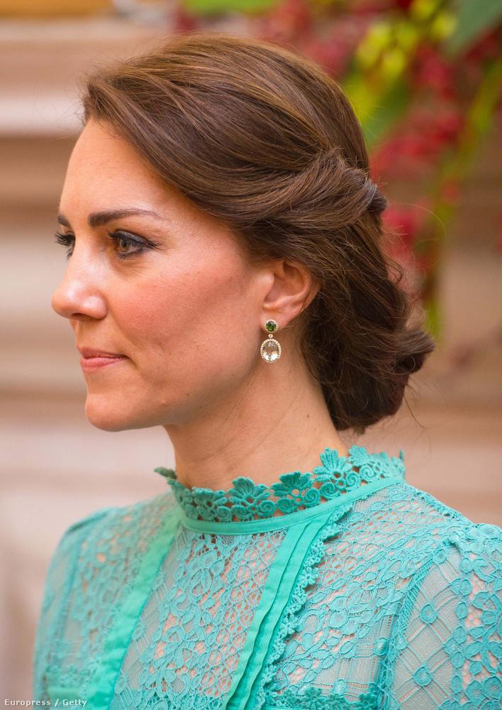 De nem csak Újdelhi egyik vasútállomására volt hivatalos a hercegné, ahol a gyerekekkel találkozott.