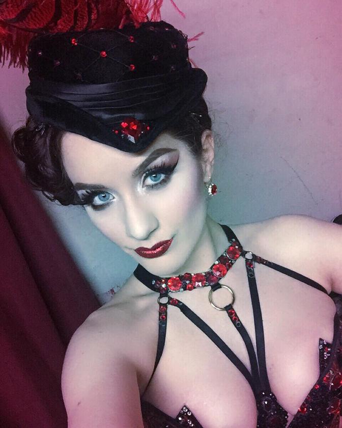 Ő Pearly Hurley,                          foglalkozása: showgirl
