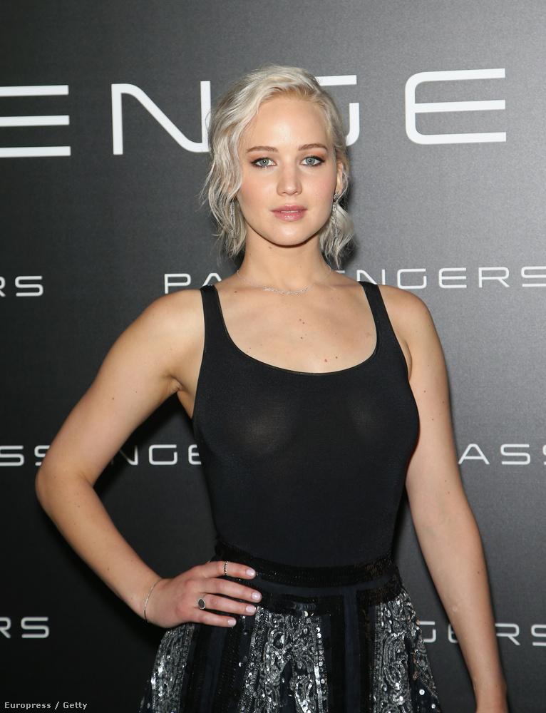 Ez az esemény volt az apropója annak, hogy a 25 éves Oscar-díjas színésznő egy egyszerű, feszülős fekete felsőt vegyen magára.