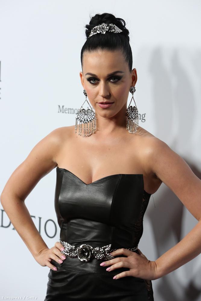 Ezt az alkalmat ki is használta Katy Perry, akin ugyanezen a gálán érezte a késztetést, hogy erős dekoltázst prezentáljon.