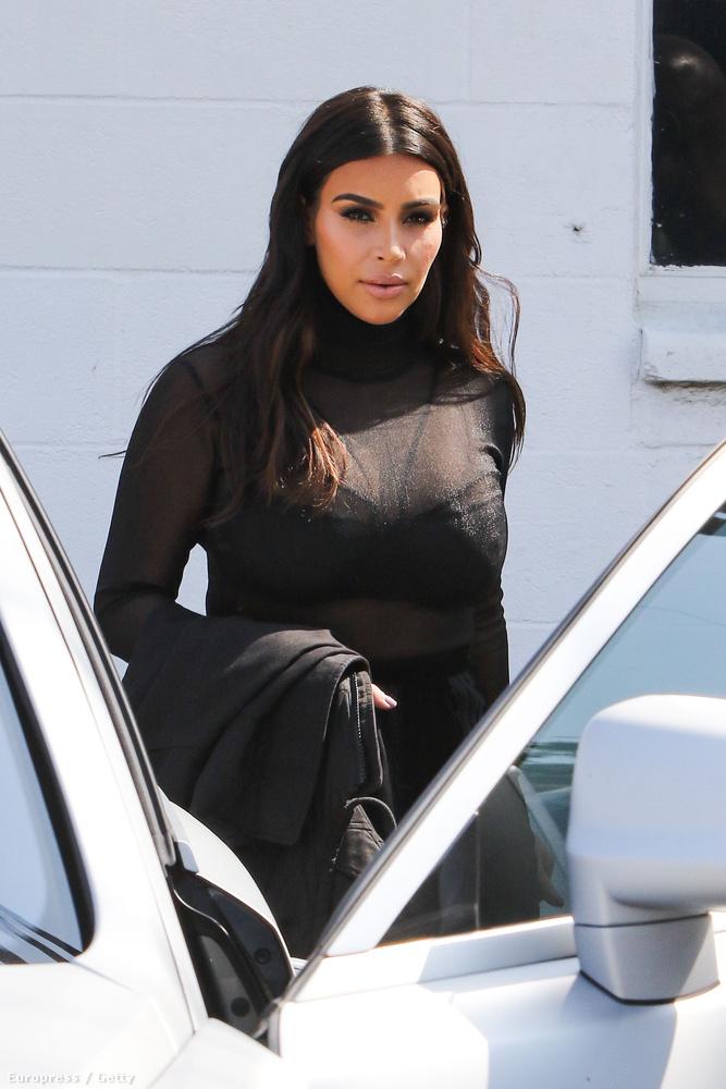 A megfejtés epifánia formájában érkezett: Kim Kardashian a szórakoztatóipar jeles alakja, nyilván ezekkel a ruhákkal is szórakoztatni kívánja az észlelőit.