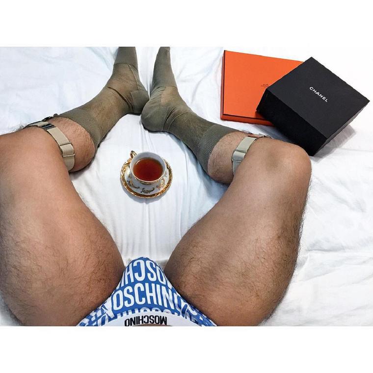 Láthatóan szereti a zoknitartókat, kisgatyákat és a teát