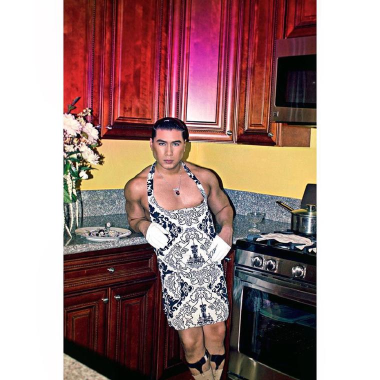 Szeretnénk bemutatni Efren Style-t, a háztartásbeli férjet, akinek az élete a takarítás, főzés, emellett a kozmetikumok széleskörű alkalmazása