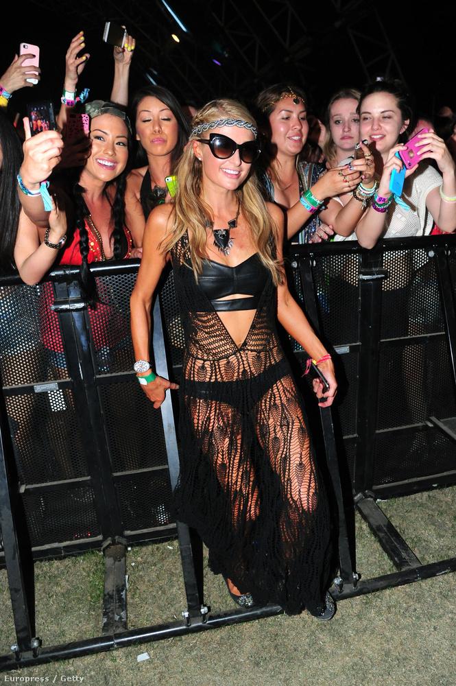 Paris Hilton pedig ilyen érdekes necchálóban jelent meg