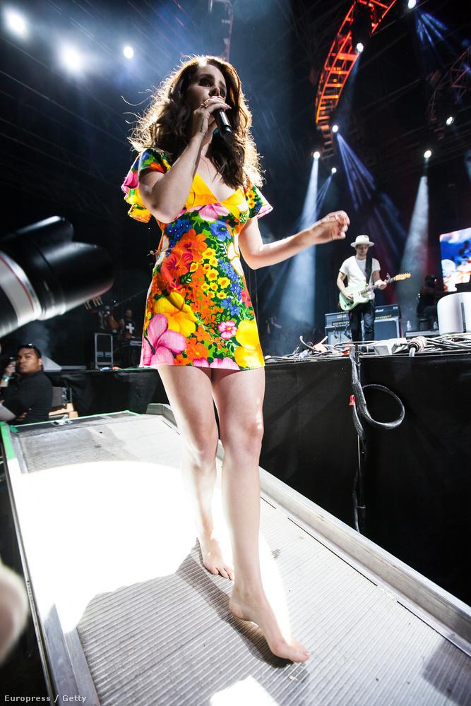 Lana Del Rey hosszú lábait csodáljuk már.