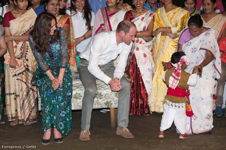 Cuki kisgyerekek tánctudása előtti tisztelettel adózás.