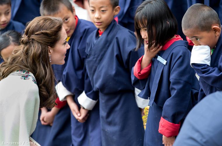 A hercegné egészen odáig azt hihette, hogy ezek az aranyos kisgyerekek buzdító dalokat énekelnek a hites urának,