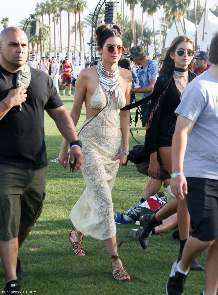 Kendall Jenner nyilván pontosan tudja, hogy a Coachella az a hely, ahol nem szabad túl sok testfelületet eltakarni.