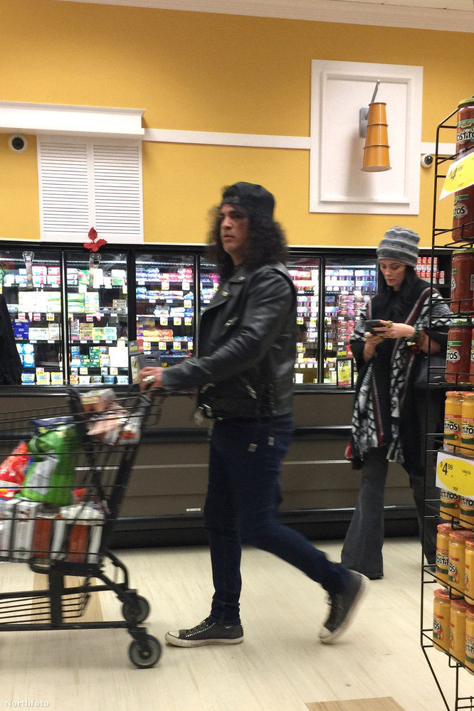 Ez már csak azért is érdekes, mert mondjuk Slasht sokszor lehetett látni mostanában is a színpadon (úgyhogy most direkt egy bevásárlós képét tettük ide),