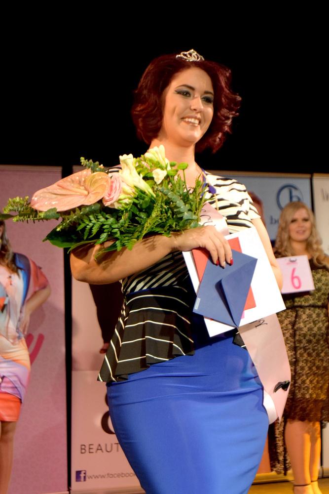 A Miss Kategória második udvarhölgye a 29 éves Szűcs Zsanett adminisztrációs ügyintéző, akiről érdemes tudni, hogy 17 éves kora óta táncol, és meggyőződése, hogy ezzel boldoggá teszi a körülötte élőket