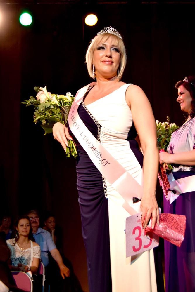 A kategória első udvarhölgye Forró Tünde, aki ránézésre már majdnem nem felel meg a verseny elvárásainak, már ami a ruhaméretet illeti