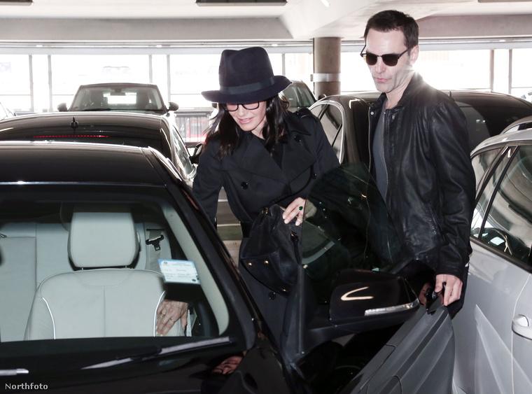 A szakítás után a színésznőt a lapok igyekeztek összehozni Chandlerrel, azaz Matthew Perryvel