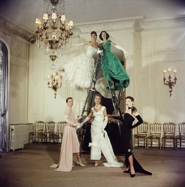 Ha a megrendelő azt mondja, hogy mindenki rajta lesz a képen, akkor mindenki rajta lesz! (Dior, 1957.)