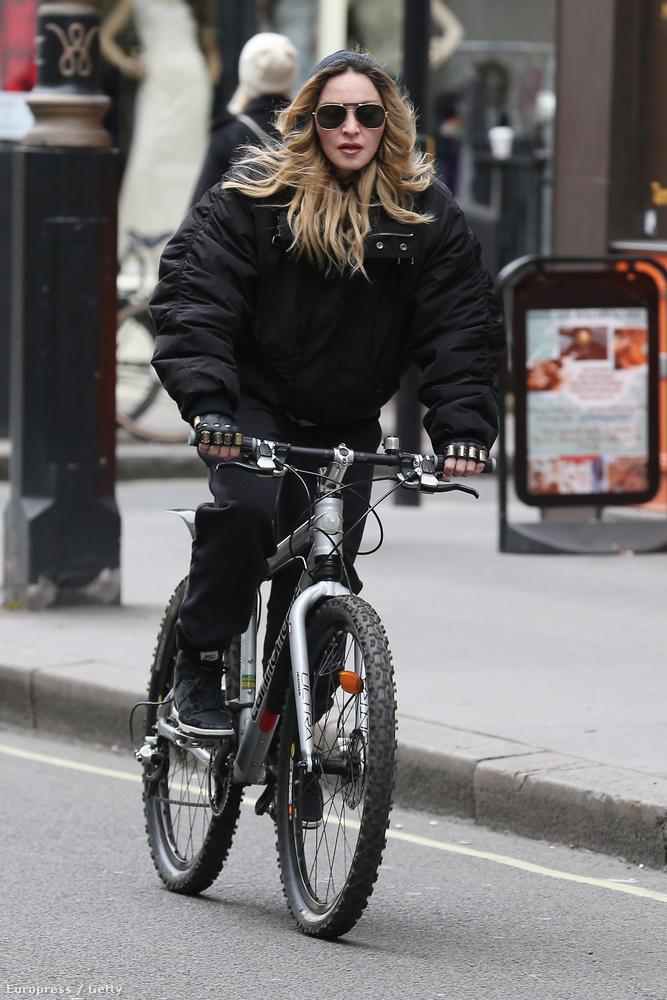 És ezt azzal bizonyította, hogy a fiú házibulit tarthatott Madonna londoni otthonában - írja a Daily Mail.