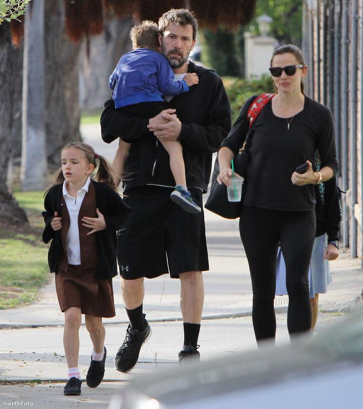 Ben Affleck és Jennifer Garner a gyerekeikkel sétáltak Santa Monicán