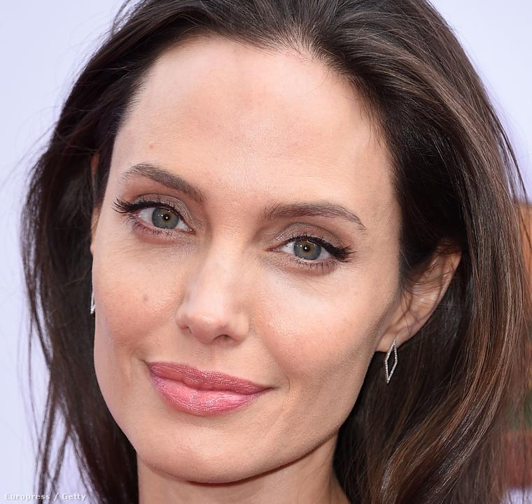 Angelina Jolie ifjabb korában sokszor mutatkozott füstös, gótba hajló sminkkel.