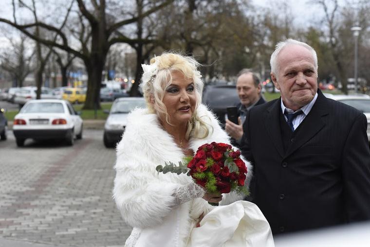 A lagzi, amelyet retró-funky hangulatúként jellemeztek, Budapesten volt - tessék, itt közelebbről is megnézheti a menyasszonyt.