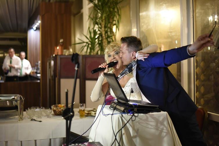 Az előzetesben az egyik konkurens menyasszony (arról szól a műsor, hogy négy menyasszony mind részt vesz a többiek lagziján, akié a legjobb, az nyer nászutat) azt mondta, Karda egy kicsit túl sokat énekelt.